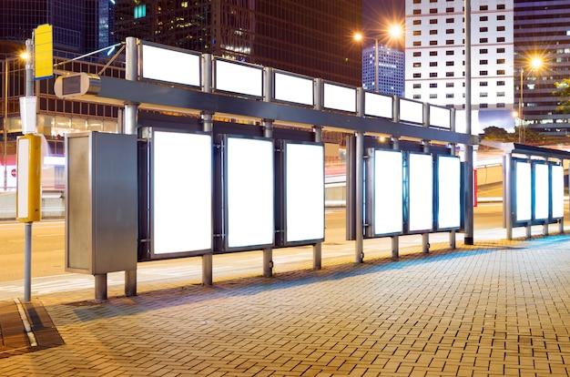 Pusty billboard w nocy