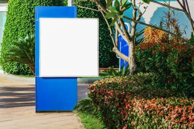 Pusty billboard w parku w mieście