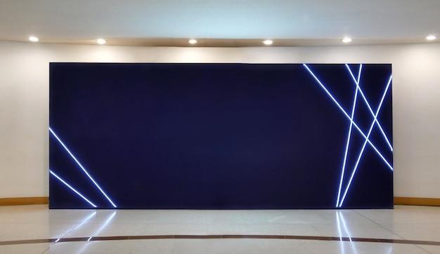 Pusty billboard z ciemnym ekranem plakaty w nowoczesnej galerii, otwarta przestrzeń.