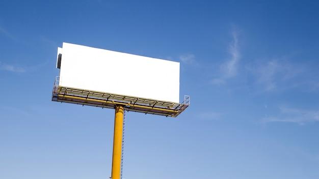Pusty billboard z przestrzenią dla teksta przeciw białemu tłu