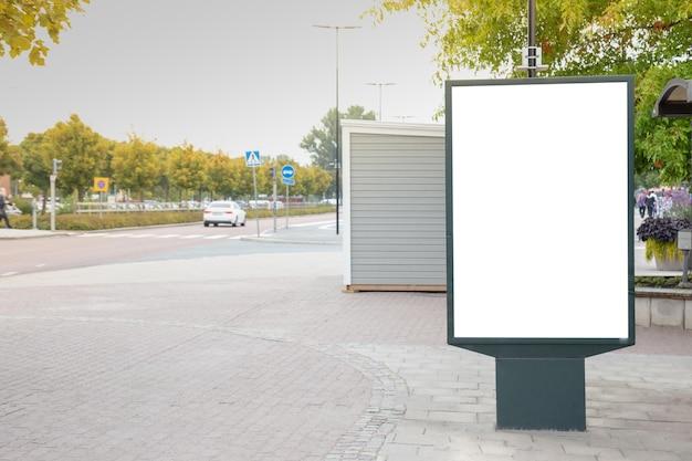 Pusty billboardu egzamin próbny na mieście dla wiadomości tekstowej lub zawartości.