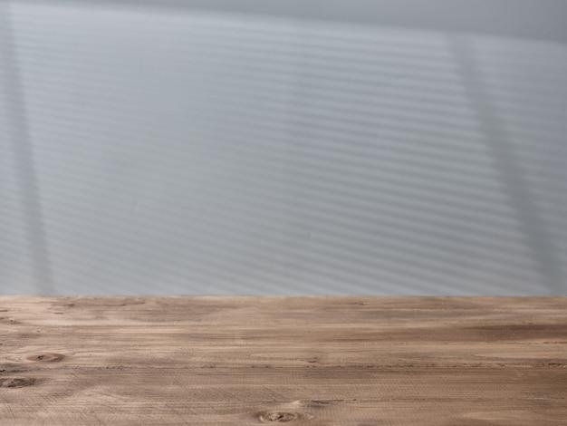 Pusty blat i światło z okna na ścianie