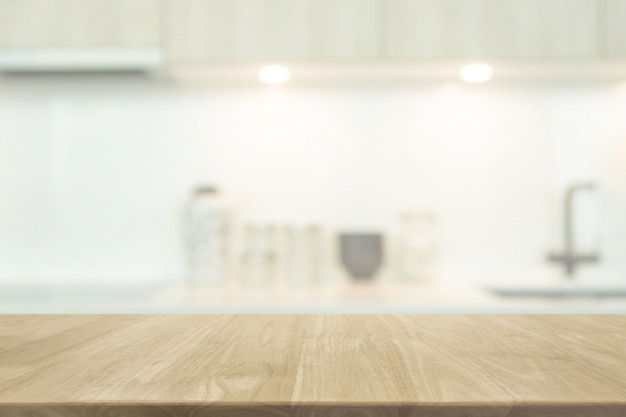 Pusty blat z drewna i tło wnętrze niewyraźne kuchnia z rocznika filtr