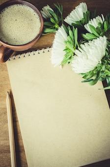 Pusty brown notatnik z jesień kwiatami.