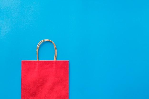Pusty czerwony torba na zakupy na niebieskim tle