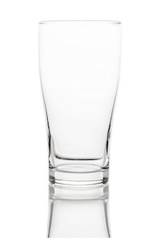 Pusty czysty szklany kubek do picia na białym tle na białej przestrzeni. ze ścieżką przycinającą.