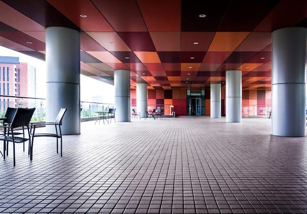 Pusty długi korytarz w nowoczesnym budynku biurowym.
