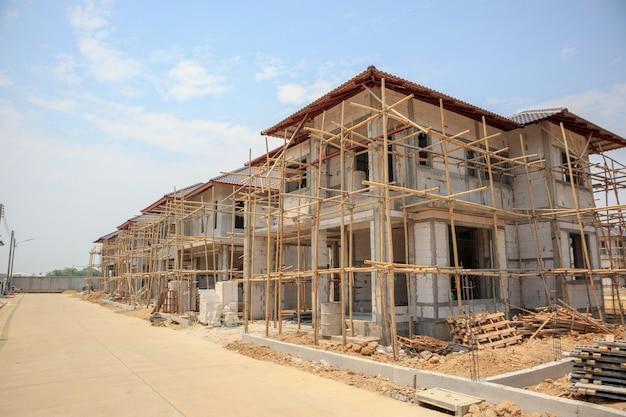 Pusty dom w budowie