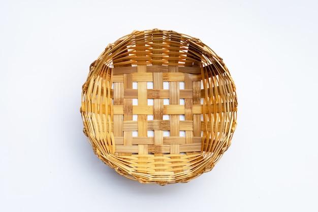 Pusty drewniany bambusowy kosz na białym tle.