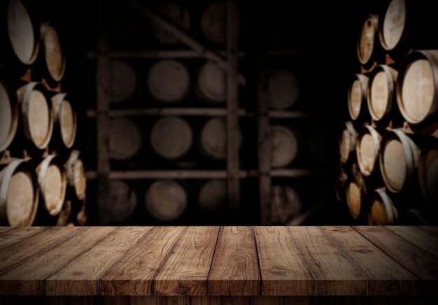 Pusty drewniany blat w tle winnicy