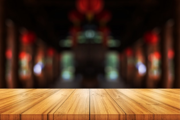 Pusty drewniany blat z niewyraźne sklep z kawą lub restauracji tło wnetrze.