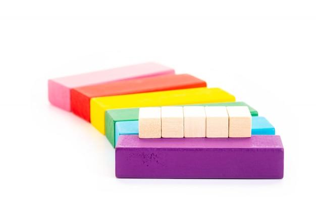 Pusty drewniany blok i kolorowy drewniany blok na białym tle