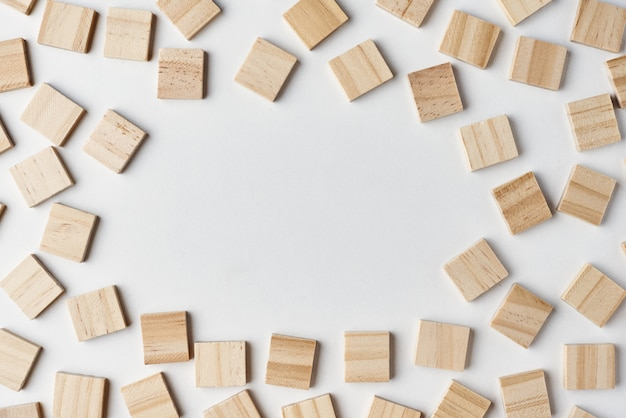 Pusty drewniany bloku wzór na białym tle z kopii przestrzenią, odgórny widok