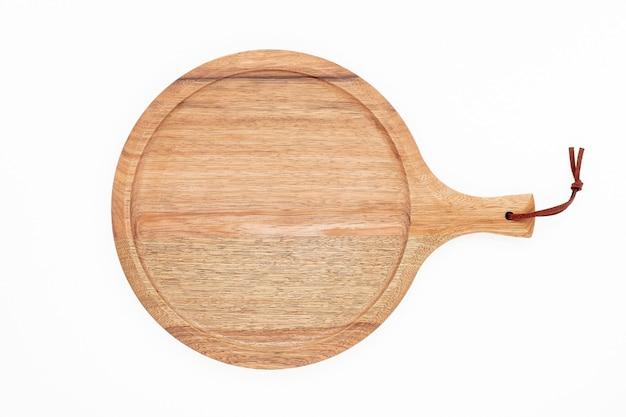 Pusty drewniany półmisek do pizzy na białym tle. deska do pizzy na białym tle drewnianych płasko świeckich i kopiujących miejsca.