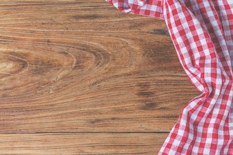 Pusty drewniany stół i tkaniny czerwony serwetka
