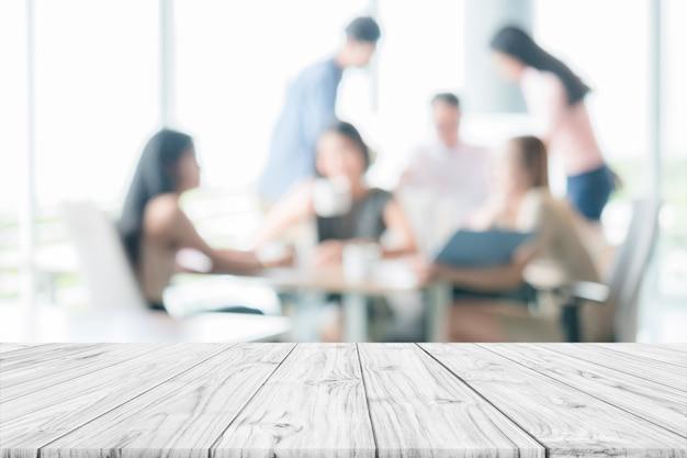 Pusty drewniany stół z ludźmi spotkanie rozmycie tła montaż lub wyświetlanie produktów