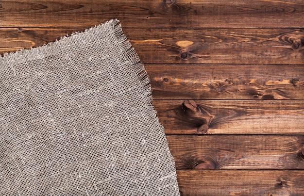 Pusty drewniany stół z obrusem
