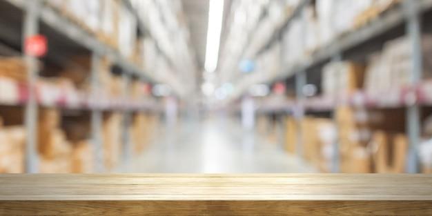 Pusty drewniany stołowy wierzchołek z zamazanym sklepu tłem.