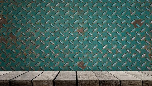Pusty drewniany wyświetlacz półki na ścianie metalowej ścianie