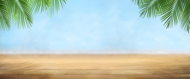 Pusty drewniany z plażą na krajobraz niewyraźne tło