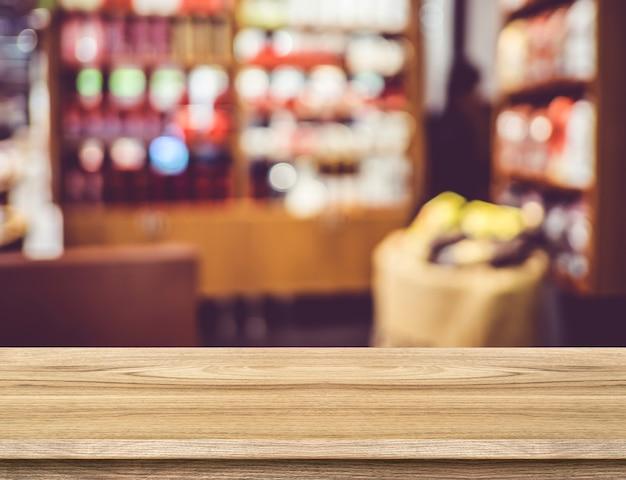 Pusty drewno stół i zamazany restauracyjny tło. szablon wyświetlania produktu