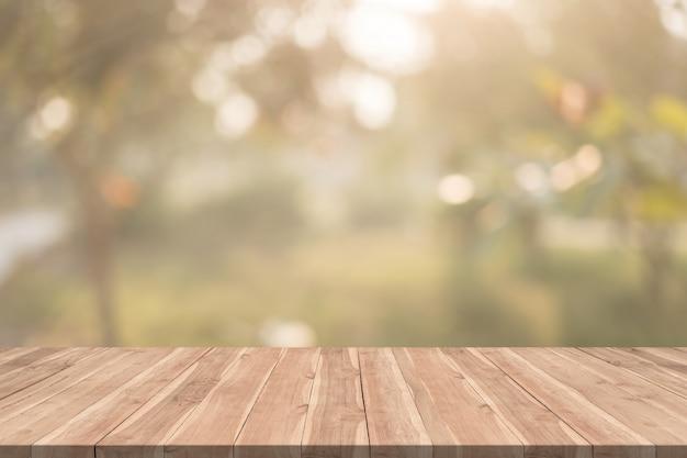 Pusty drewno stół na zamazanej tło kopii przestrzeni dla montażu twój produkt lub projekt