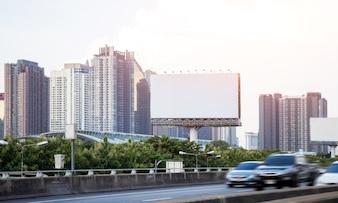 Pusty duży billboard na autostradzie w miasta miasteczku