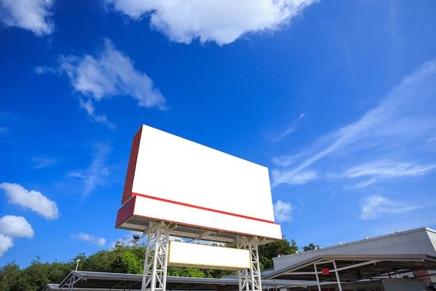 Pusty duży biały pusty reklamowy billboard. dla koncepcji projektowania i reklamy