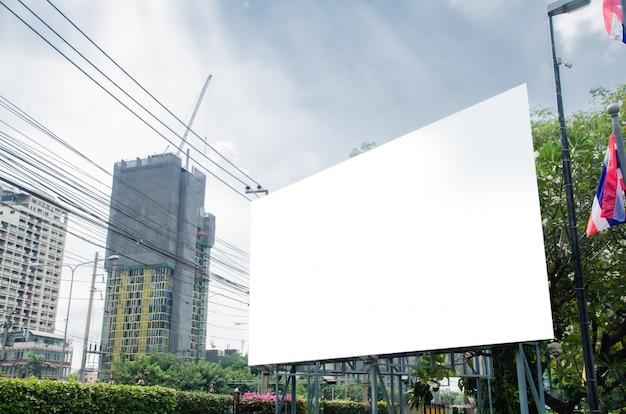 Pusty duży billboard przy budynkiem biurowym.