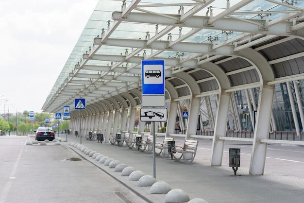 Pusty duży przystanek autobusowy w pobliżu lotniska.