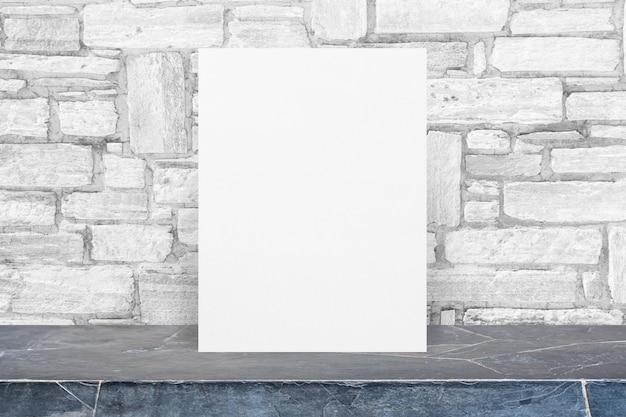 Pusty eco papierowy notepad na czerń kamienia stołowym wierzchołku przy białą granitową kamienną ścianą, szablonu egzamin próbny up dla dodawać twój projekt.