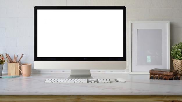 Pusty ekran komputer stacjonarny na obszarze roboczym.
