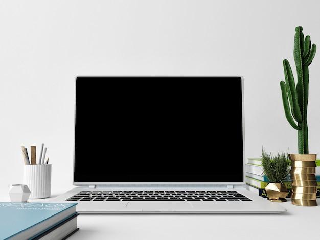 Pusty ekran komputera na biurku