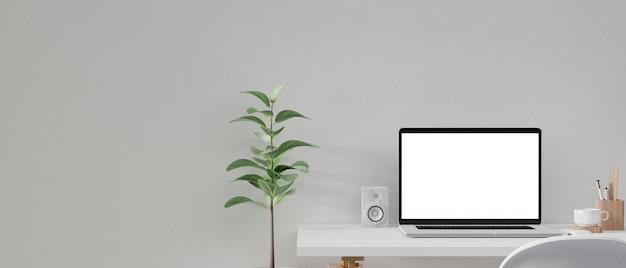 Pusty ekran komputera na stole roboczym.