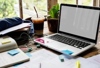 Pusty ekran laptopa na biurku