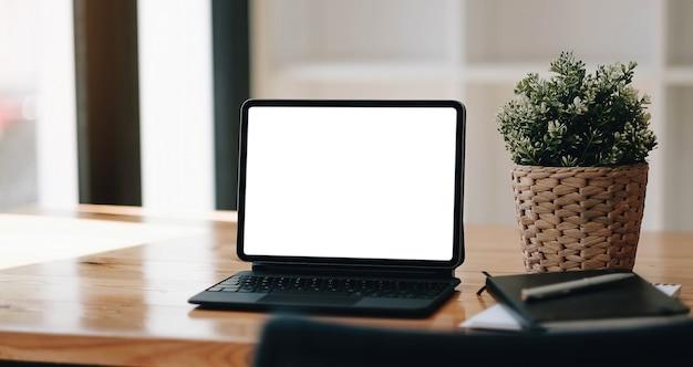 Pusty ekran laptopa na stół z drewna z kawą kawiarnia tło, makieta, szablon tekstu, ścieżki przycinające zawarte na ekranie tła i urządzenia