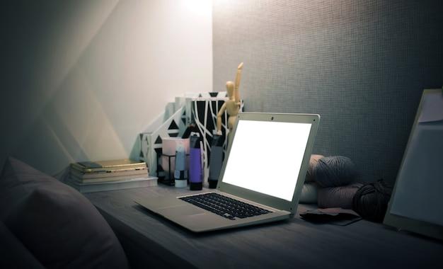 Pusty ekran na laptopie w pracy na biurku w salonie z obiektem