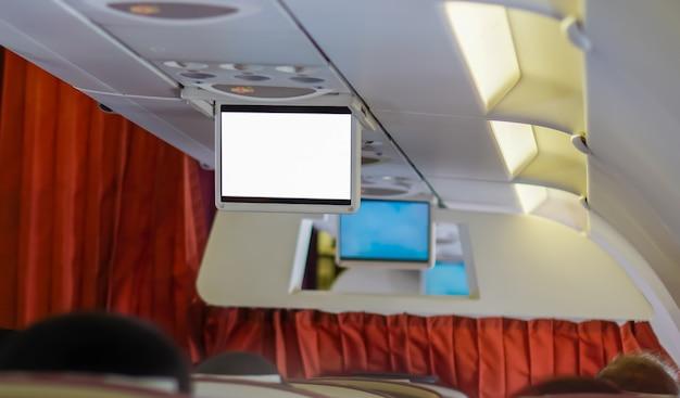 Pusty ekran na siedzeniu pasażera w samolocie.