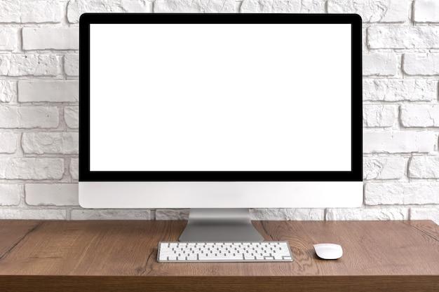 Pusty ekran pulpit komputera z klawiaturą i myszą na drewnianym stole. koncepcja miejsca pracy.