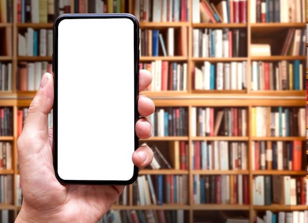 Pusty ekran smartfona z rozmytym tłem biblioteki