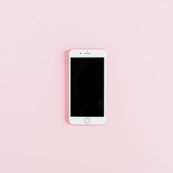 Pusty ekran smartphone na białym tle na różowym tle. płaskie ułożenie