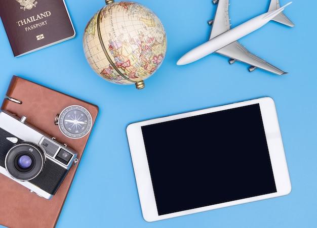 Pusty ekran tabletu makiety z obiektami retro podróży