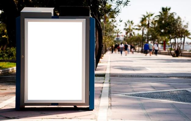 Pusty elektroniczny billboard reklamowy na przystanku autobusowym