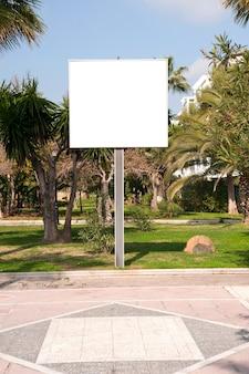 Pusty elektroniczny billboard reklamowy na ulicy