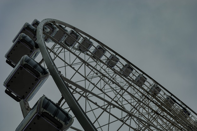 Pusty ferris koło podczas deszczowego chmurnego dnia przy parkiem