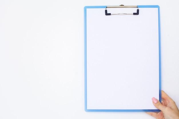 Pusty folder z białej księgi. ręka, która trzyma folder i uchwyt na białym tle.