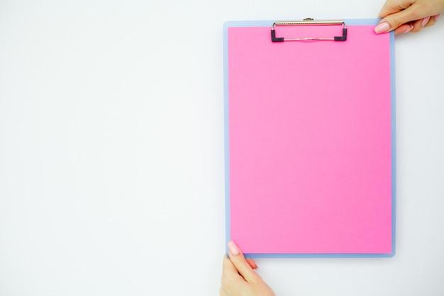 Pusty folder z różowym papierem.