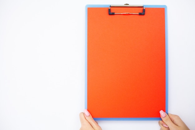 Pusty folder z zakresem papieru. wręcza ten mienie falcówkę i obchodzi się na białym tle. copyspace