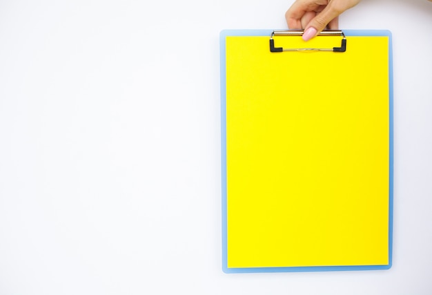 Pusty folder z żółtym papierem.
