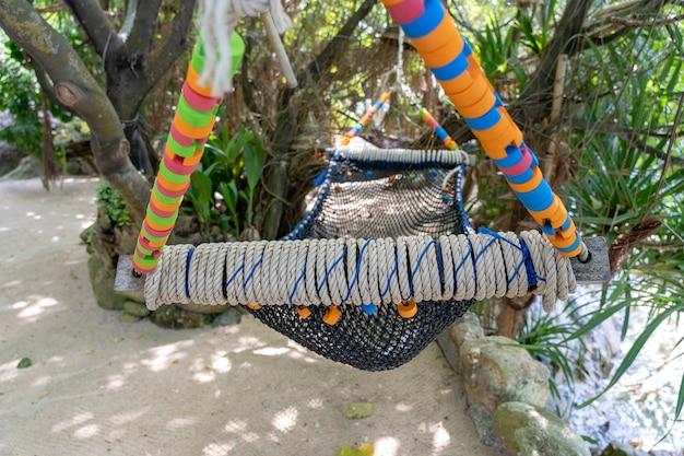 Pusty hamak na pięknej tropikalnej plaży w pobliżu morza w ogrodzie, tajlandia, z bliska. koncepcja lato. podróże wakacyjne.